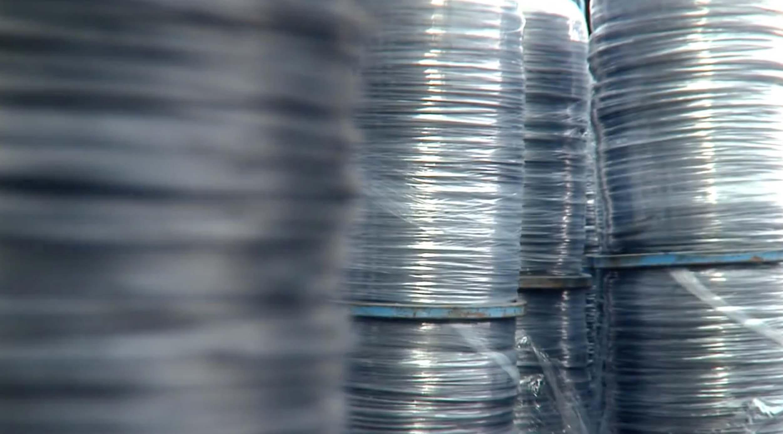 Производство матраса начинается с основы, то есть пружинного блока матраса. Из жестких стальных прутьев, произведенных из специальных высокопрочных сплавов, смотанных в катушки